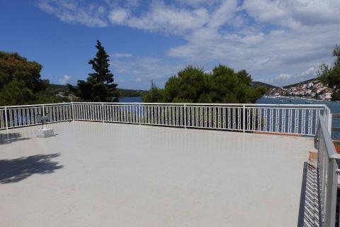 Tisno, nyaraló a strand közelében kilátással és kikötési lehetőséggel