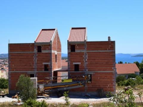 Vodice, Rohbau Duplexhaus mit Garten