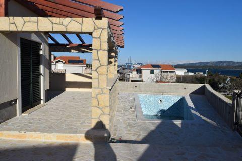 Betina, Luksuzna obiteljska vila sa bazenom