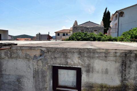 Tisno, Földszintes ház az óvárosban, a tenger közelében