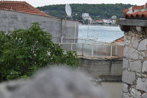 Nekretnine Tisno, kuća, Mirakul nekretnine, ID - KT-492, Kamena kuća sa terasom u blizini centra i plaže