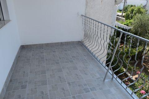 Pirovac, Jednosoban stan na katu u blizini plaže Lolić