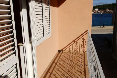 Tisno, Kuća sa tri apartmana i krovnom terasom, drugi red do mora