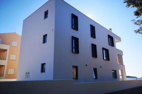 Srima, Vodice, ELSŐ SOR A TENGERTŐL, Új földszinti  3-szobás lakás kertel
