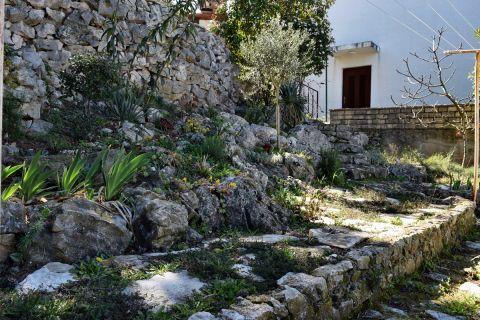 Nekretnine Tisno, Lijepa kuća sa prekrasnim pogledom na more i prostranim vrtom