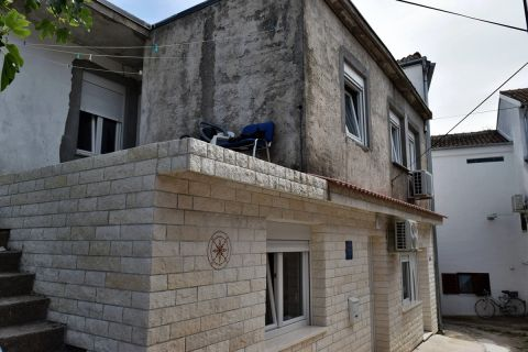 Nekretnine Tisno, Prodaja kuće u centru mjesta, tri stana i pogled na more, u blizini mora, KT-535, Mirakul nekretnine 2