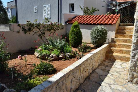 Nekretnine Vodice, Prodaja apartmanske kuće sa vrtom i pogledom na more, KV-542, Mirakul nekretnine 2