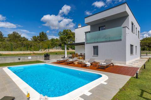 Nekretnine Šibenik, Moderna vila sa bazenom u zelenilu i šumi