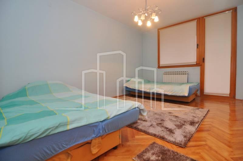 Trosoban stan sa garažom najam Koševsko Brdo