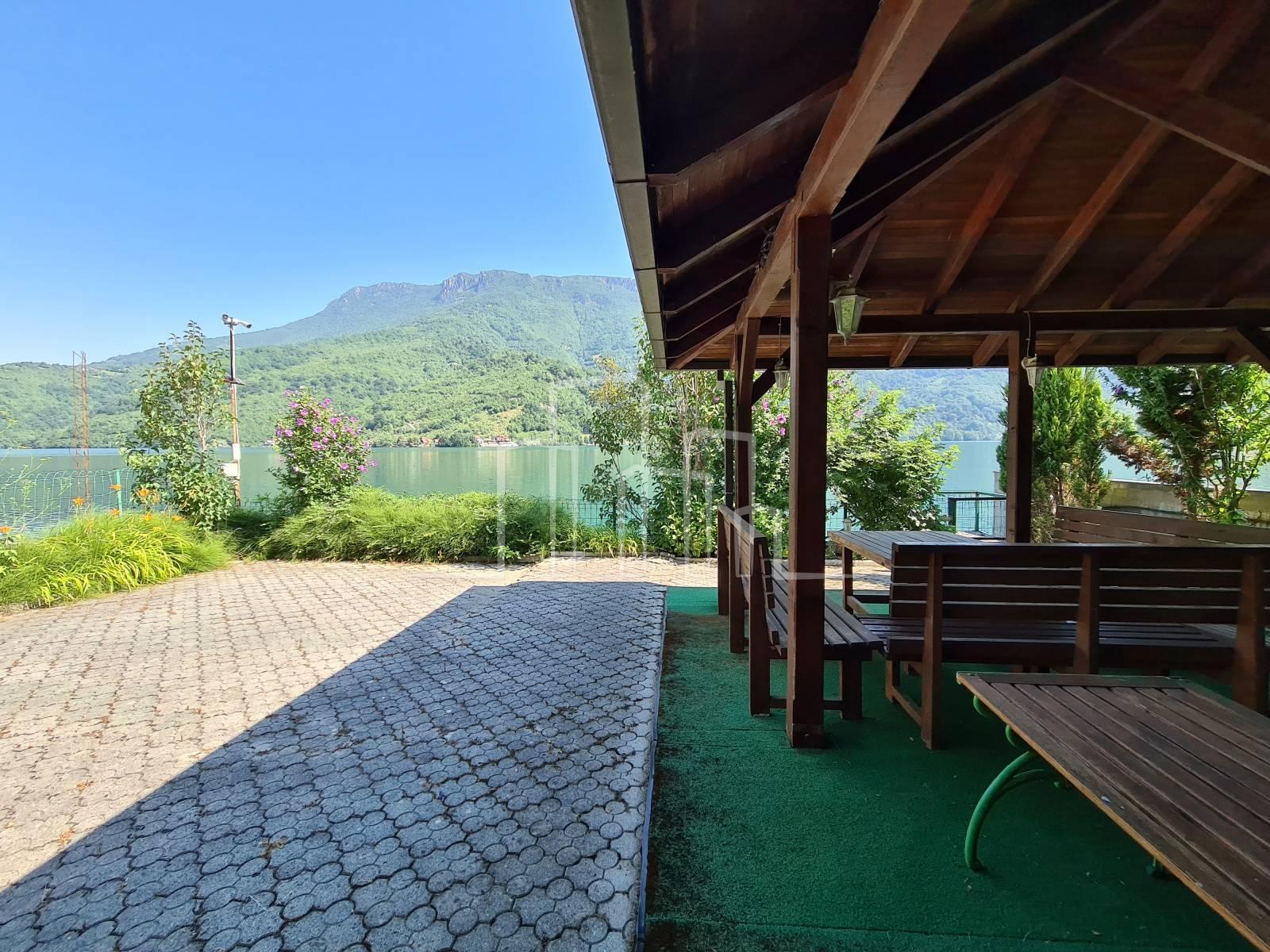 Prodaja apartmanska kuća sa plažom Jablaničko Jezero