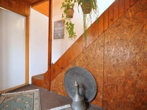 Dvoetažna kuća sa okućnicom Vratnik