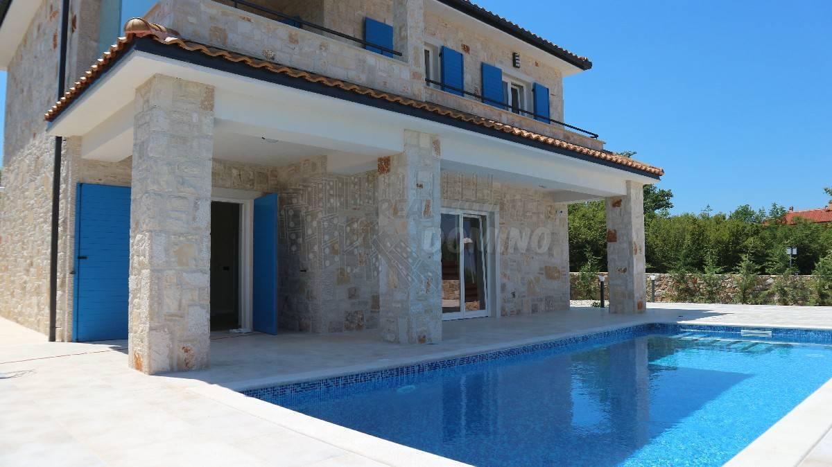 Villa in pietra con piscina