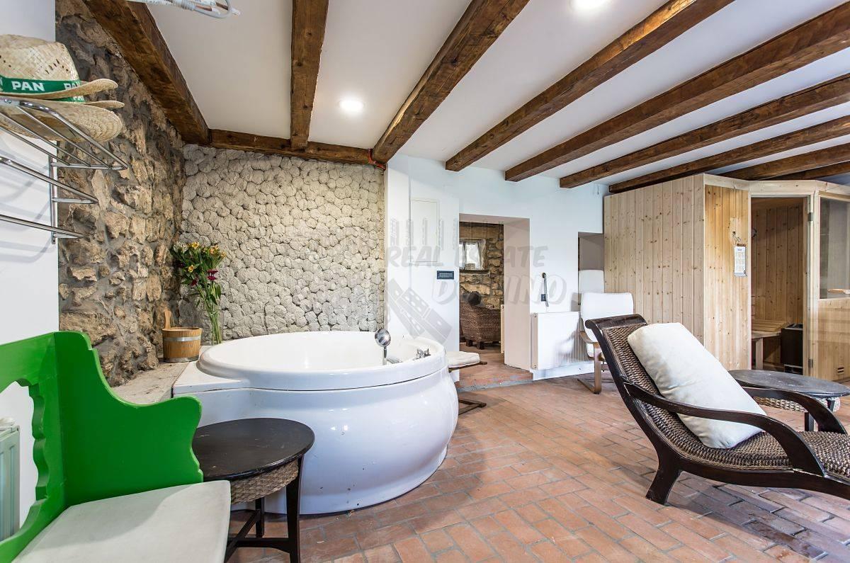 Fascinantna vila sa unutarnjim i vanjskim bazenom te prekrasnim pogledom!