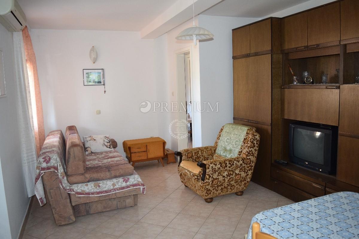 Apartman od 60 m2 u prizemlju na prodaju!! 250 m od mora i centra Malinske!!