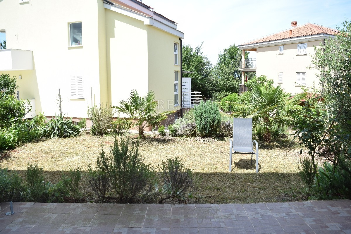 Okolica Malinske, prodaja apartmana sa okućnicom od 100 m2,  350 m od mora!!