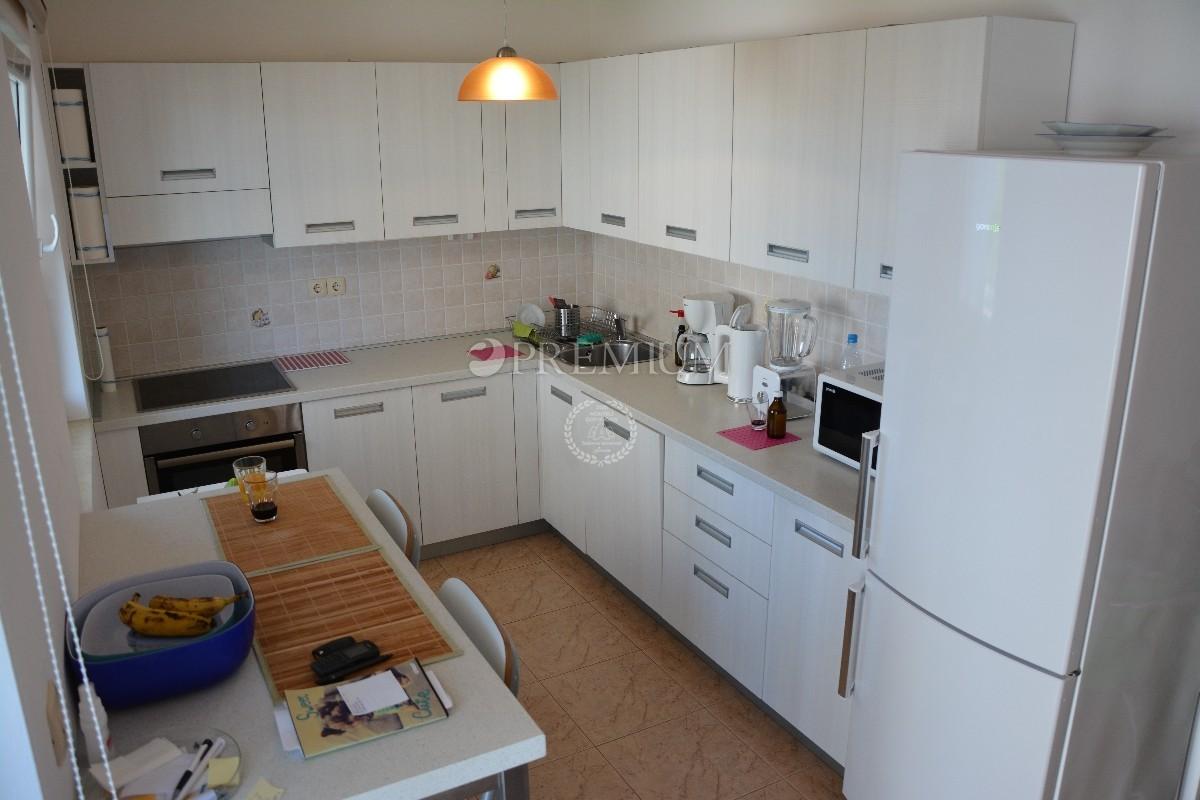 Malinska, prodaja apartmana na prvom katu stambene zgrade !! Okućnica 100 m2 i 2 parkirna mjesta !!