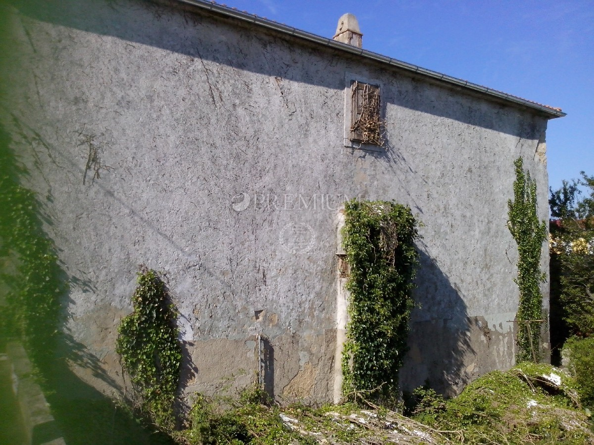 Omišalj, prodaja stare kamene kuće od 300 m2 ! Okućnica, prilika za investitore !