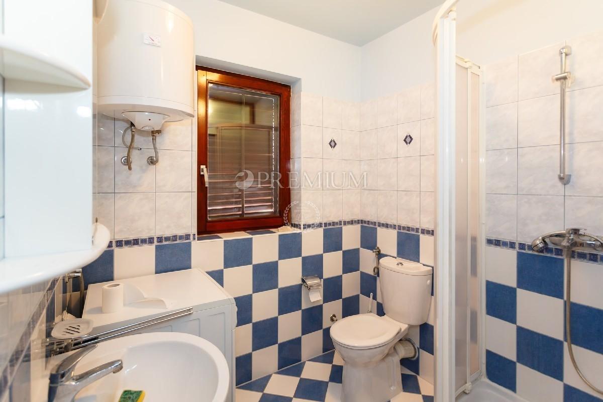 Punat, komforan apartman od 111,22 m2 s okućnicom, 300 m od mora!