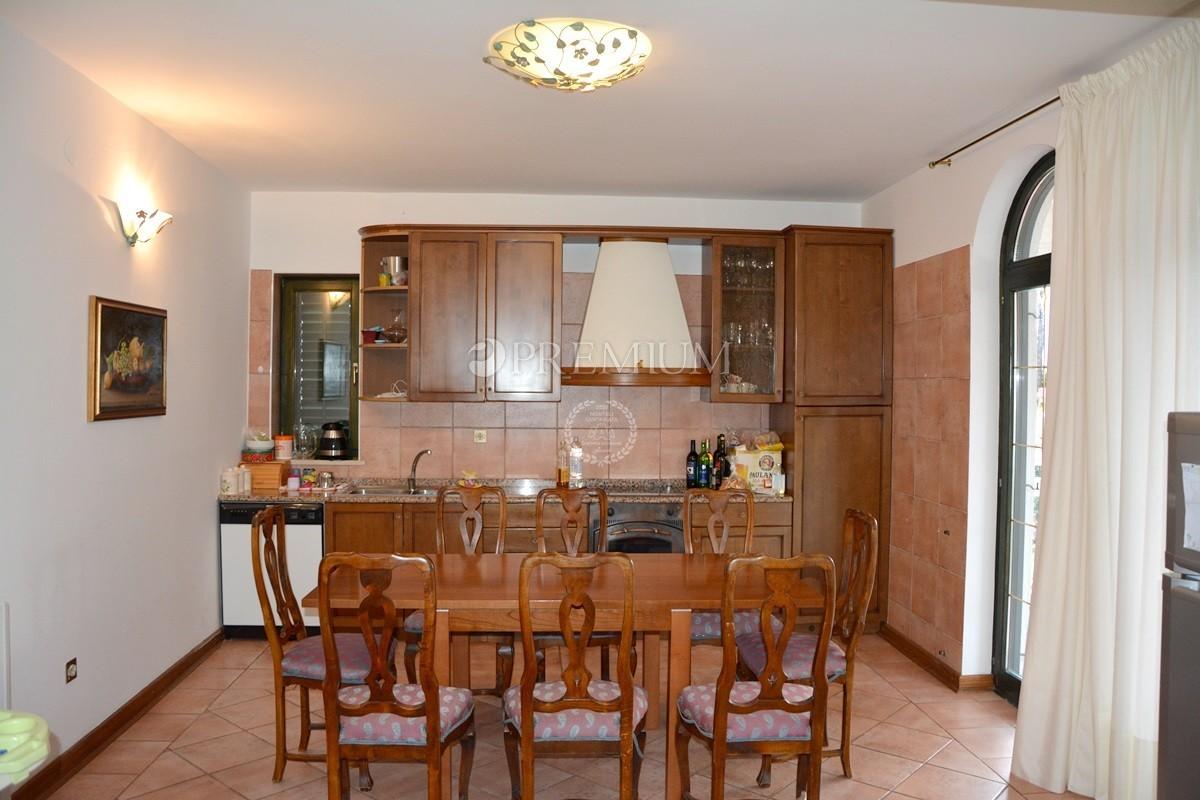 Malinska, prodaja apartmana na odličnoj lokaciji na prvom katu !! Smješteno samo 250 m od mora !!