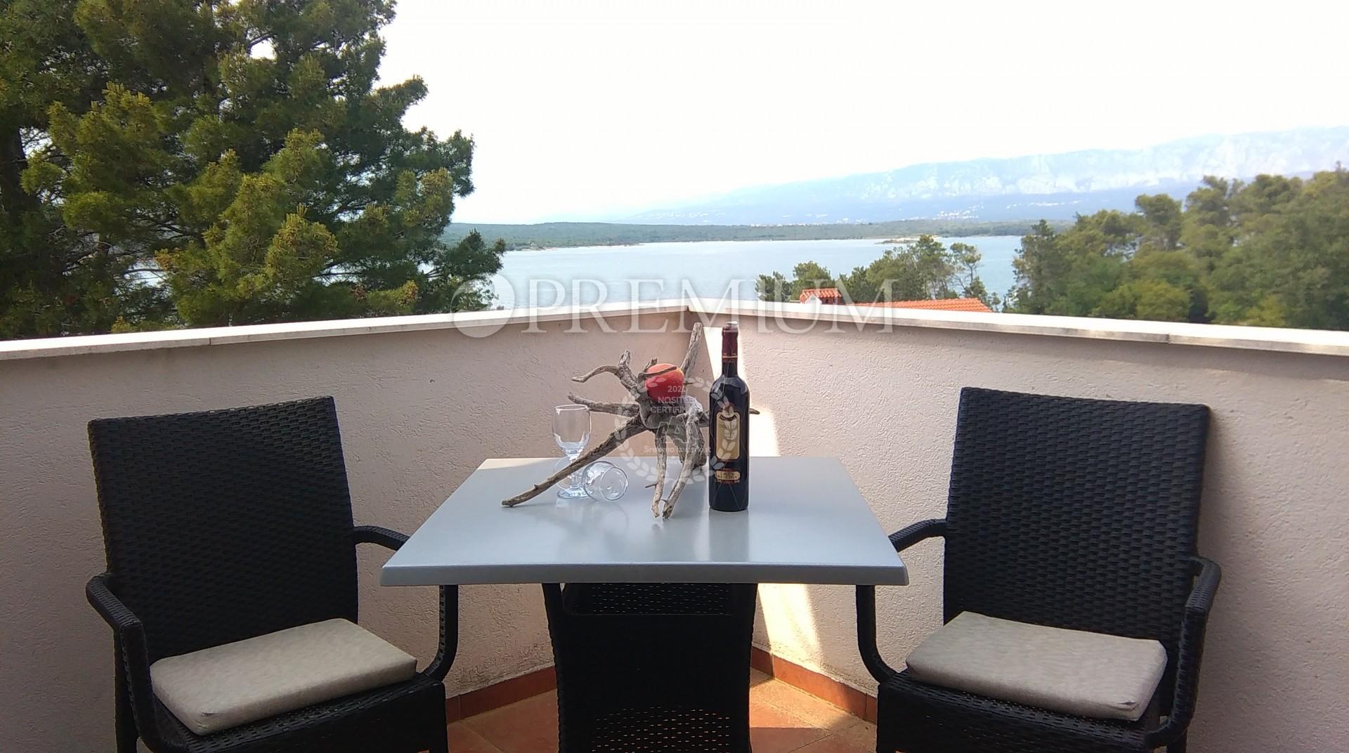 Soline, prodaja, apartman od 66 m2 s pogledom na more. Visoko potkrovlje.