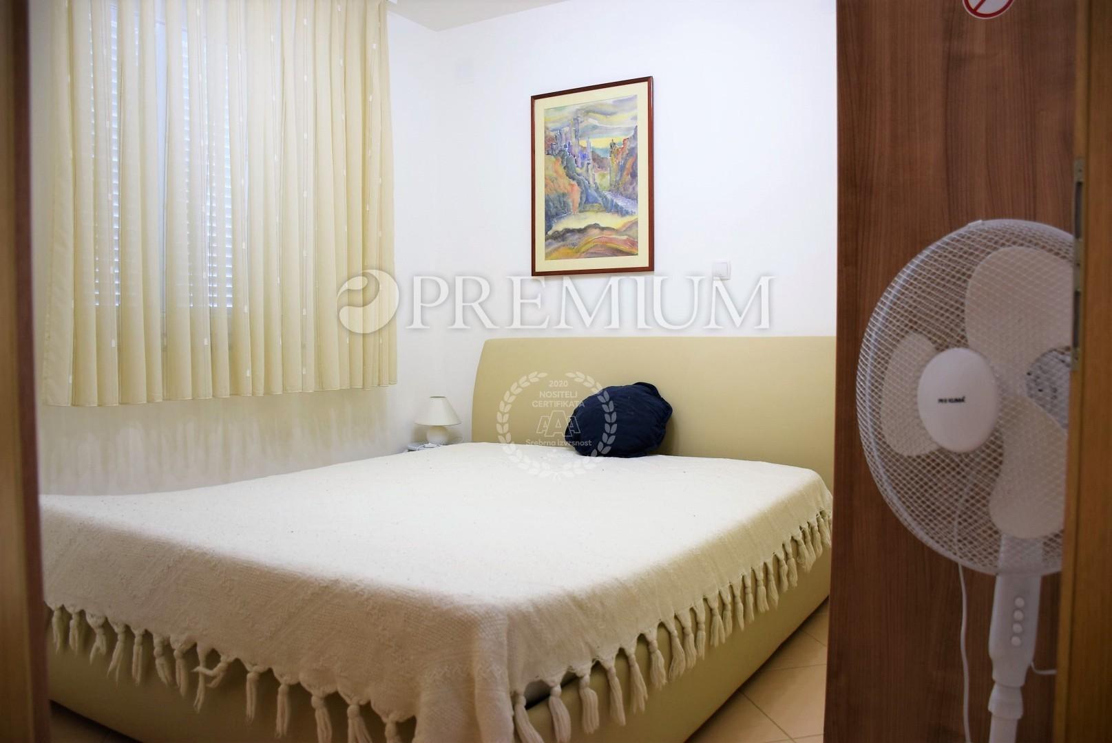 Die Wohnung Ist Möbliert Und Eingerichtet, Hat Keramikböden, Zugang Zum  Kamin, PVC Tischlerei. Die Wohnung Ist Nur 400 M Vom Strand Entfernt.  Sofort .