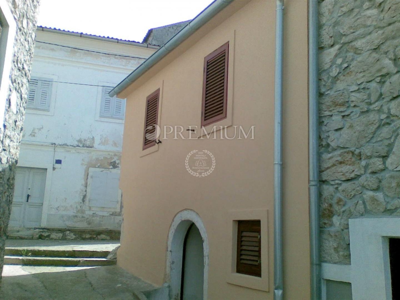 Omišalj, prodaja, renovirana kamena kuća u nizu od 45 m2 u centru.
