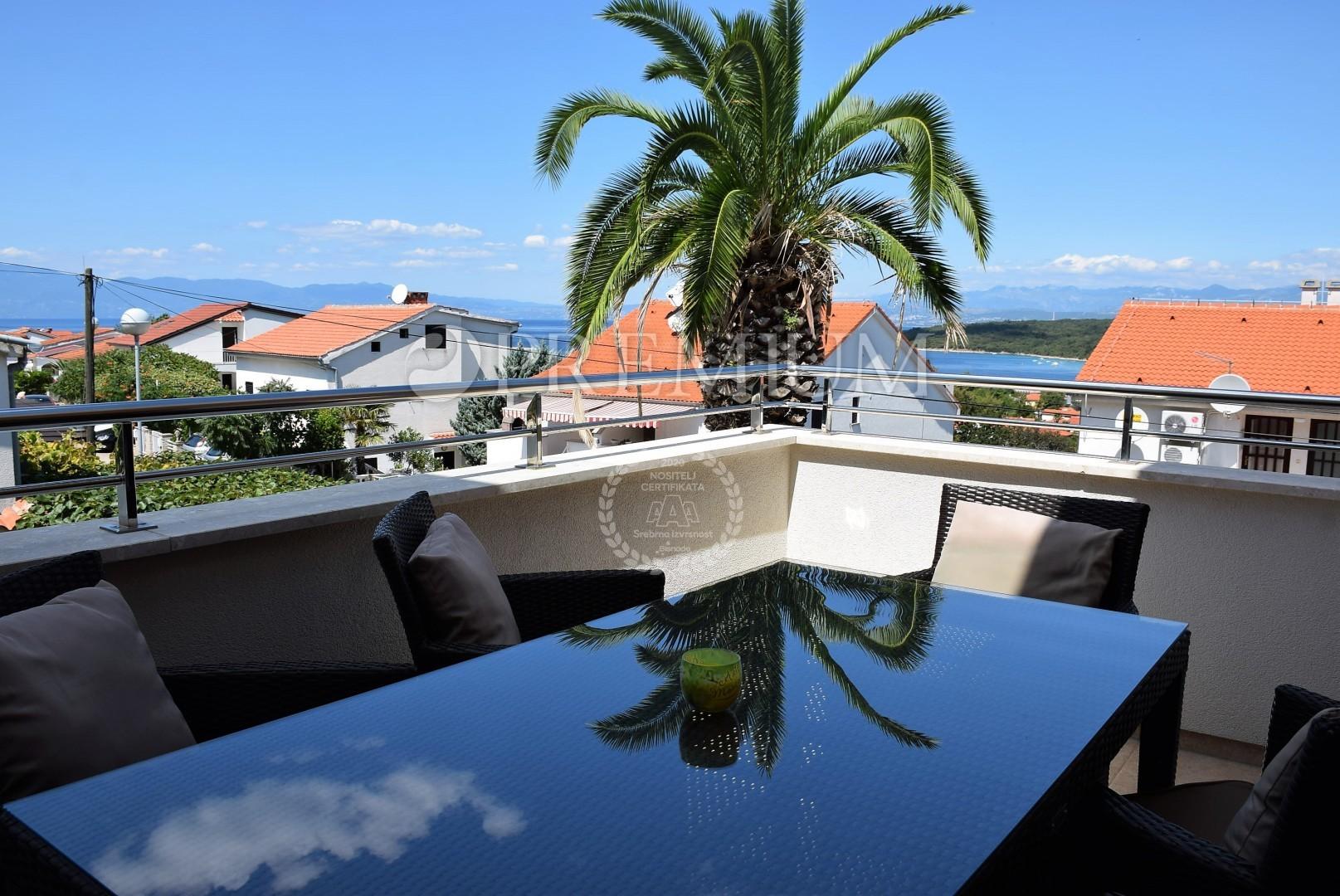 Njivice, prodaja, stan površine 92 m2 na prvom katu s bazenom i prekrasnim panoramskim pogledom na more!