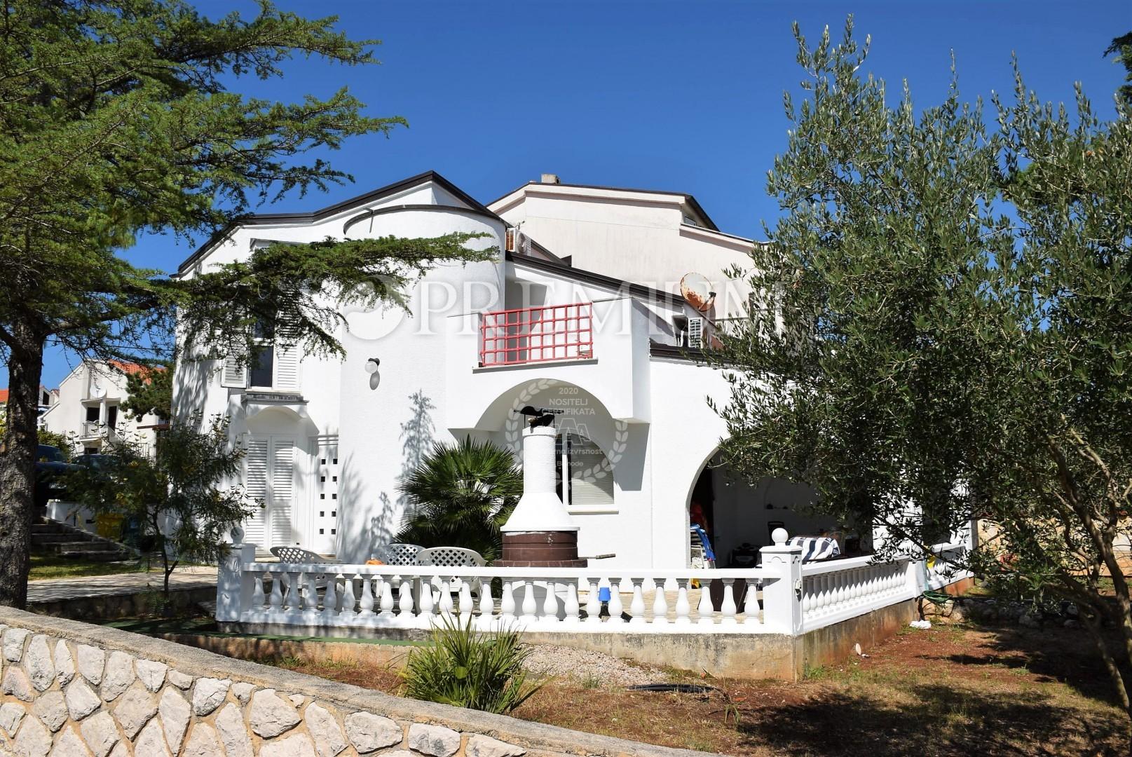Environs de la ville de Krk, maison en duplex avec grand jardin, à ...