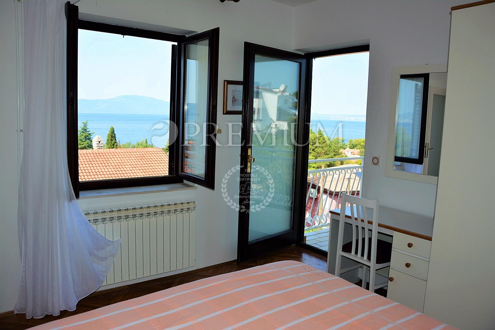 Njivice, prodaja dvojček hiše s tremi apartmaji, le 100 m od morja!