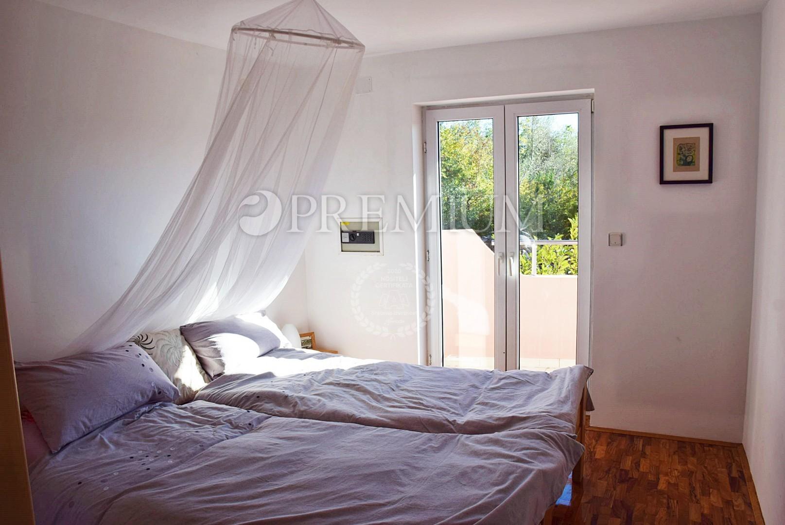 Malinska, prodaja opremljenega apartmaja s prekrasnim pogledom na morje!