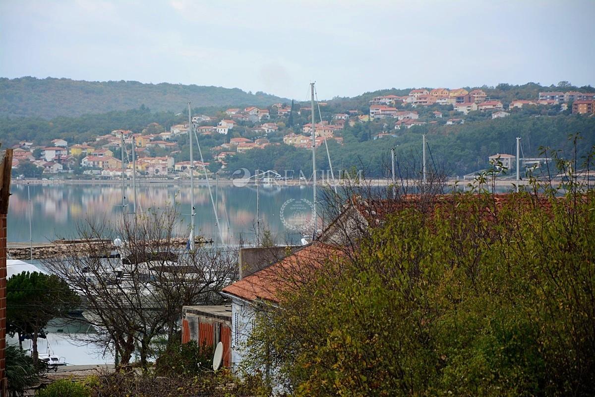 Uvala Soline, prodaja namještenog apartmana na prvom katu s pogledom na more!