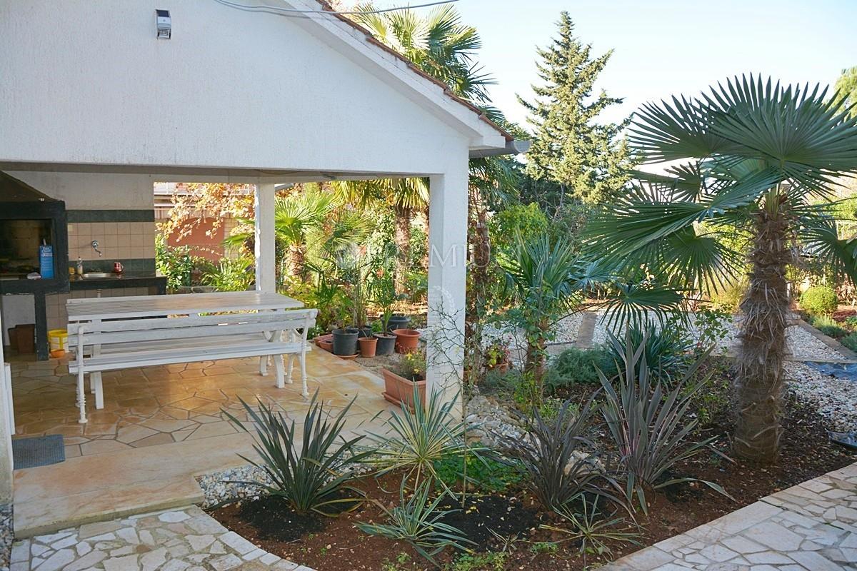 Malinska, prodaja namještene kuće s pogledom na more i okućnicom!