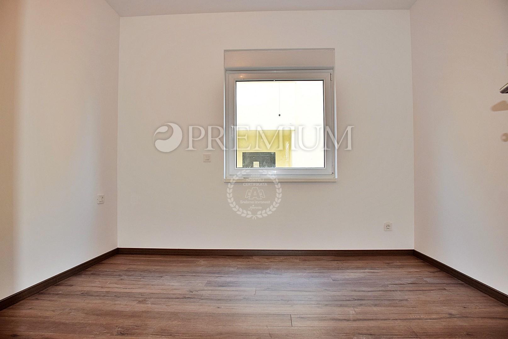 Njivice, prodaja apartmana na prvom katu novogradnje s pripadajućom okućnicom i pogledom na more!