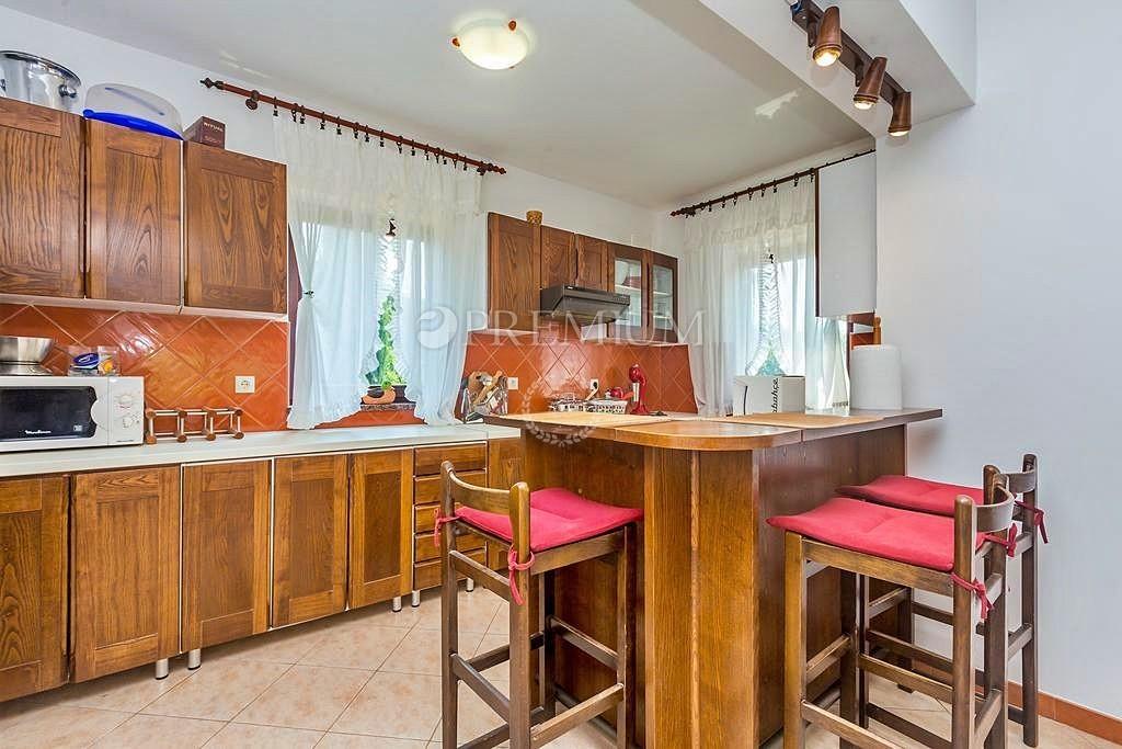 Krk, okolica, prodaja samostojne hiše s tremi apartmaji in vrtom!