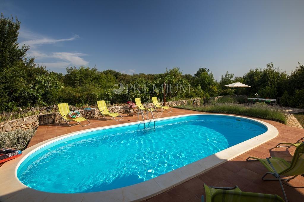 Dobrinj, okolica, prodaja namještene samostojeće kuće s bazenom i prostranom okućnicom!