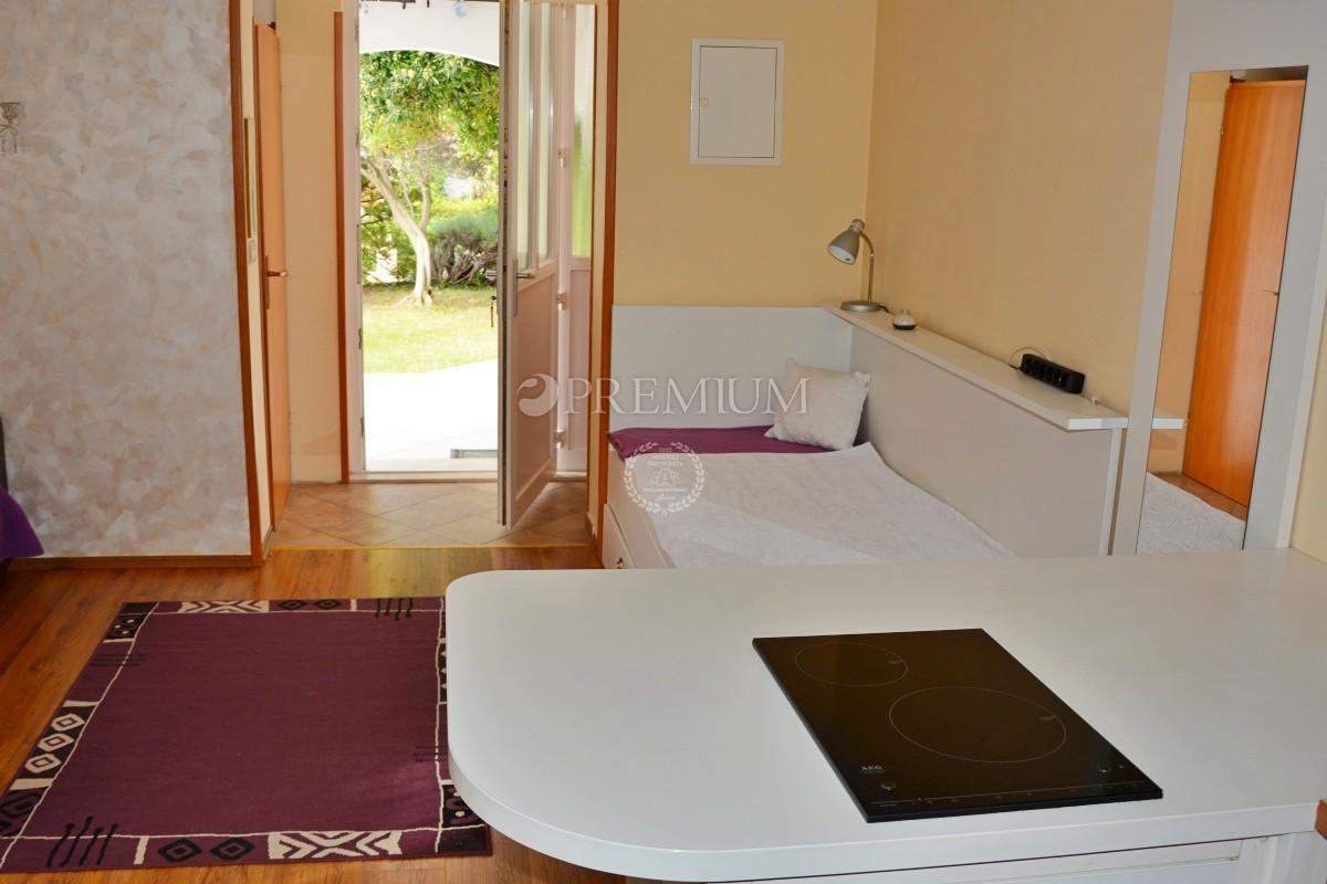 Baška, prodaja, namješteni apartman u prizemlju s okućnicom na atraktivnoj lokaciji!