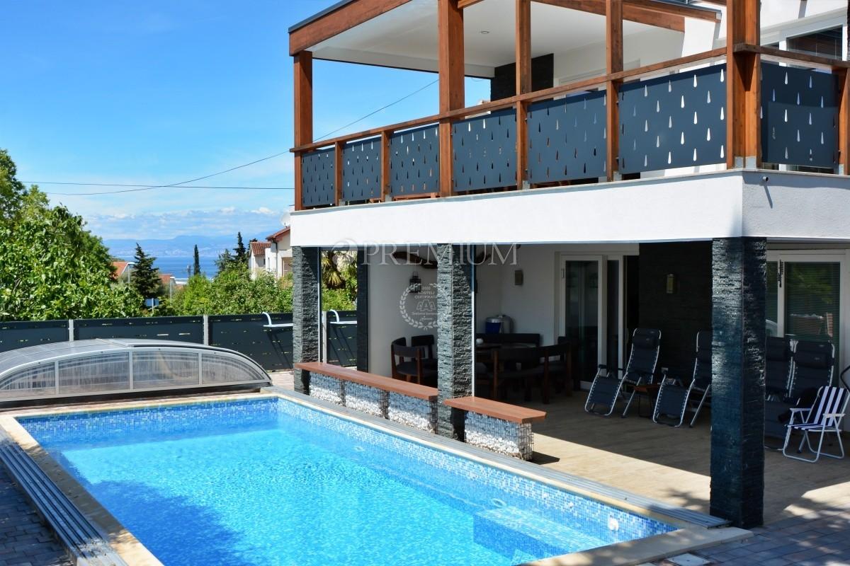 Malinska, prodaja, vila s bazenom, pogledom na more i prostranom okućnicom na odličnoj lokaciji!