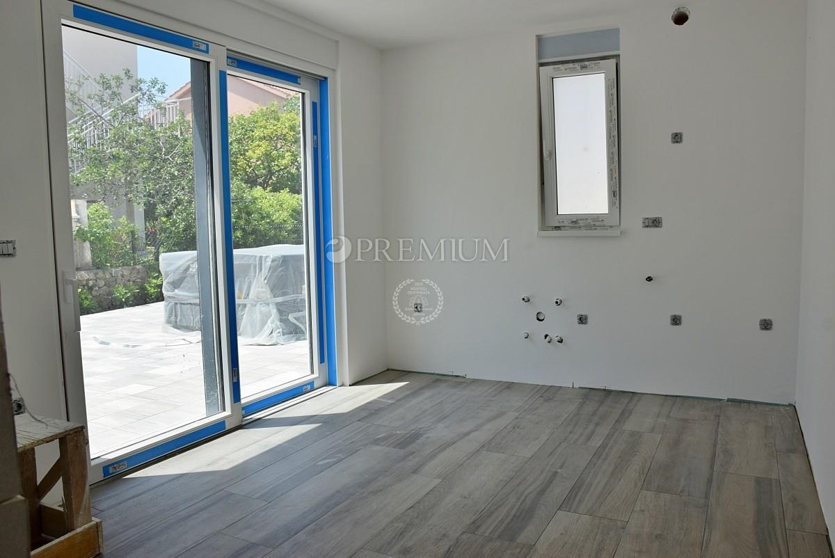 Krk, prodaja atraktivnega in luksuznega apartmaja z lastnim studio-apartmanom in vrtom!