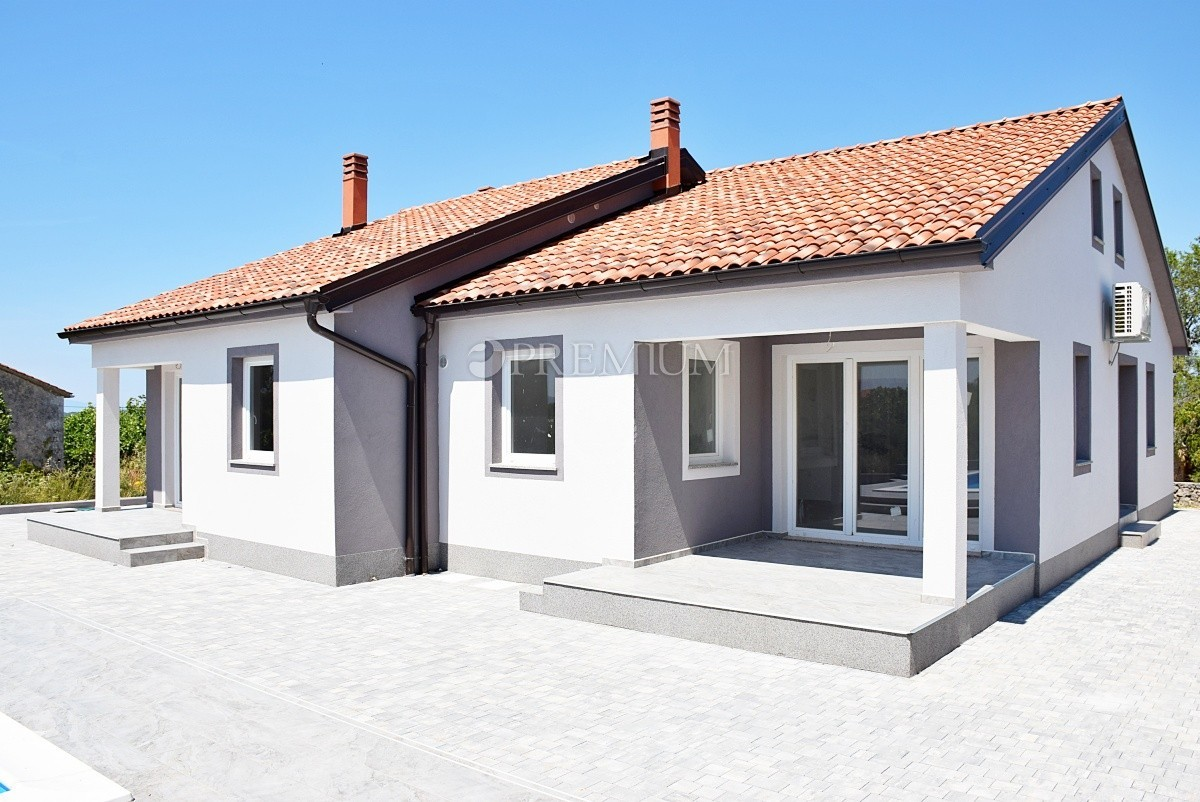 Près de Krk, vente, maison avec trois appartements et piscine dans un endroit calme!