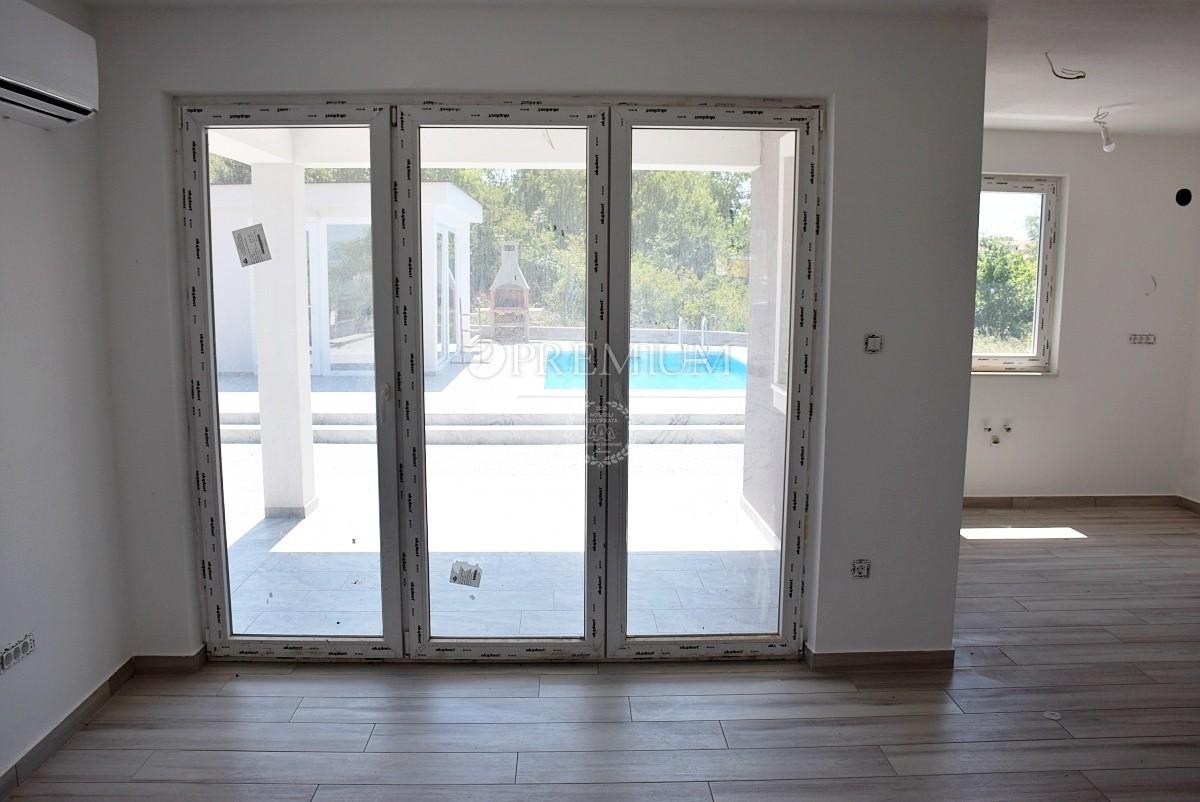 Рядом Крк, продажа, дом с тремя квартирами и бассейном в тихом месте!
