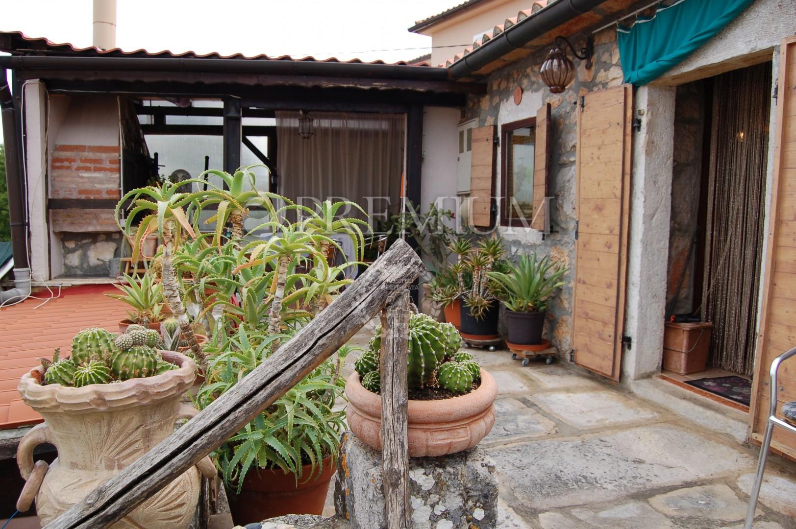Okolica Dobrinja, prodaja dvojne kamene kuće s okućnicom + natkrivena parcela za parkiralište!!