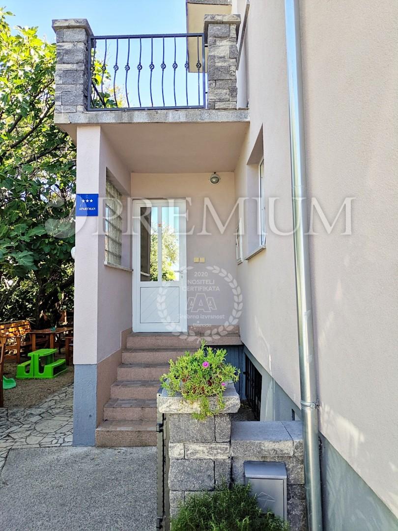 Punat, prodaja, kuća s tri apartmana na atraktivnoj lokaciji, samo 300 m od mora!