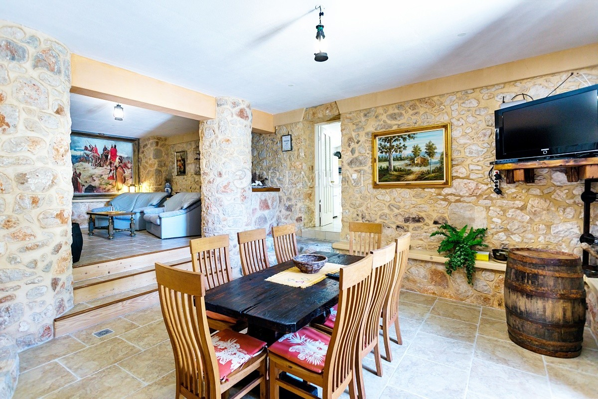 Okolica Dobrinja, prodaja, prekrasna kamena kuća s bazenom na mirnoj lokaciji!