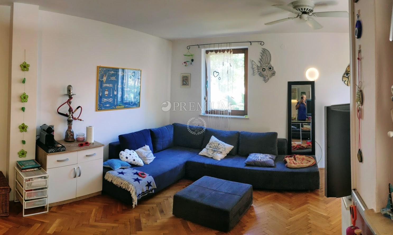 Malinska, prodaja, apartman sa spavaćom sobom i dnevnim boravkom na prvom katu!
