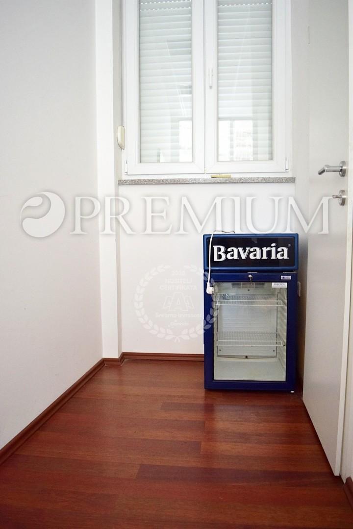 Malinska, in vendita, locale commerciale di 21 m2 al piano terra di edificio commerciale! Lokation frequente a 300 m dal mare!