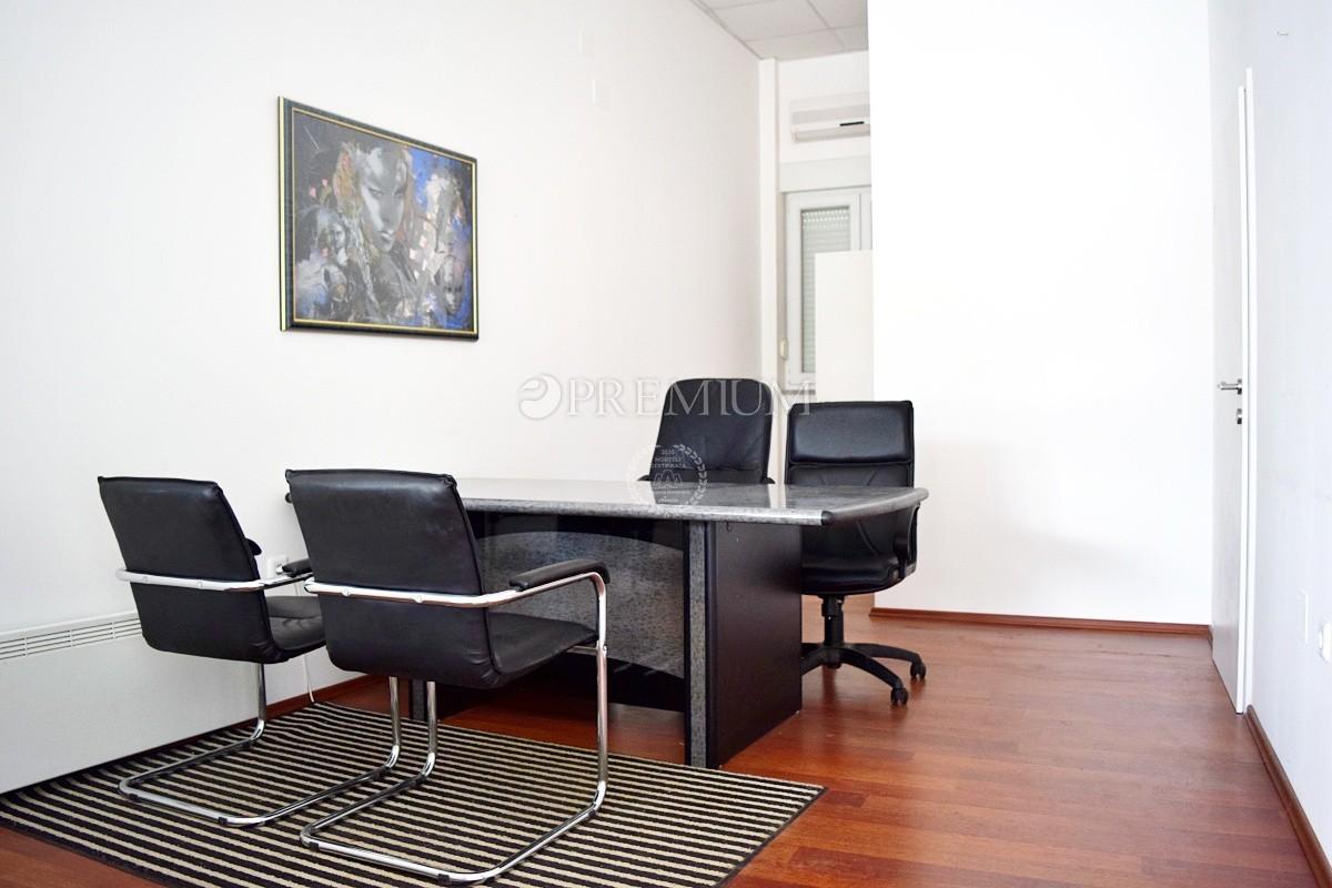 Malinska, prodaja, poslovni prostor od 21 m2 u prizemlju poslovne zgrade! Frekventna lokacija 300 m od mora!