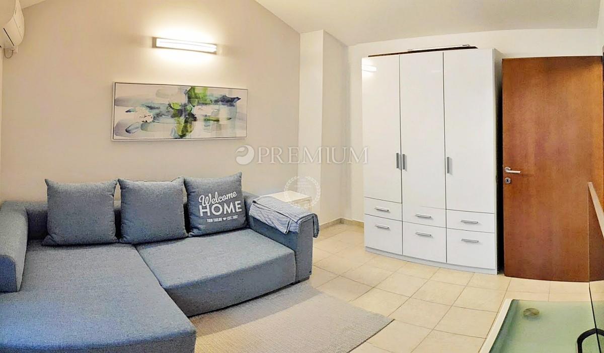 Malinska, prodaja, prijeten apartma na dveh nivojih, dobro opremljen le 100 m od morja!