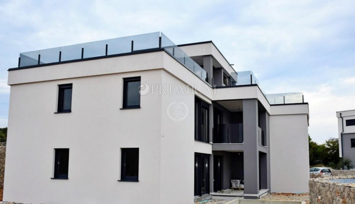 Krk, prodaja, moderan stan od 67 m2 na prvom katu s velikom terasom, jacuzziem i pogledom na more! Novogradnja!