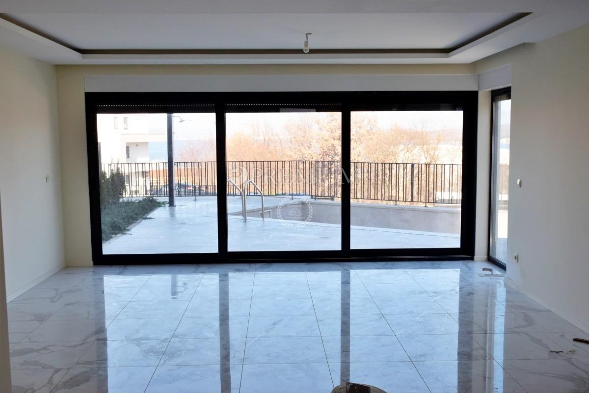 Malinska, prodaja, ekskluzivan dvoetažni apartman s okućnicom i bazenom, 96,58m2!