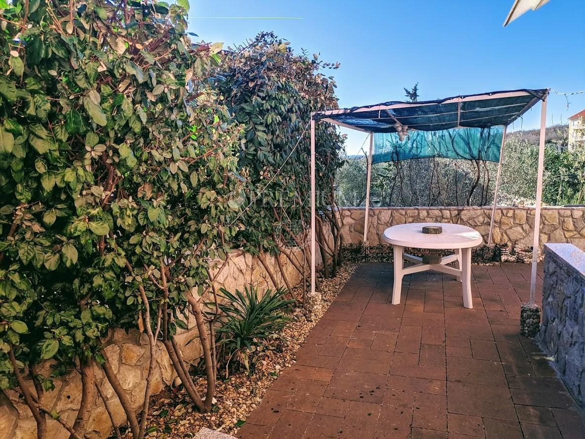 Kornić, prodaju se dva stana ukupne površine 101 m2 u stambenom objektu s okućnicom
